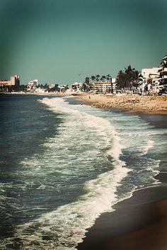 El mar acaricia las playas de #PuertoVallarta ¡Cuántas ganas de disfrutar de un buen descanso aquí!