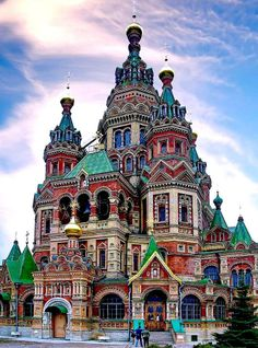 Peter and Paul Cathedral on the banks of the pond of Holguin, Peterhof, Russia Sacred Architecture, Architecture Antique, Detail Architecture, Russian Architecture, Church Architecture, Beautiful Architecture, Beautiful Castles, Beautiful World, Beautiful Places