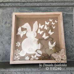 """Der Frühling kann kommen. Mit GONIS Produkten gestaltet. Auf Kunstleder das Häschen mittels selbst angefertigter Schablone mit OutdoorDecor weiß schabloniert. In die feuchte Farbe mit Pinselrückseite Akzente gesetzt. Die Flexschablone """"Schmetterlinge""""diente für die Schmetterlinge und Blumen mit Reliefpaste. Mit dem Stanzer die Schmetterlinge gemacht, mit Reliefpaste und Eiskristall gestaltet. GoniColl Klebepunkte und RubbelColl kamen auch zum Einsatz."""