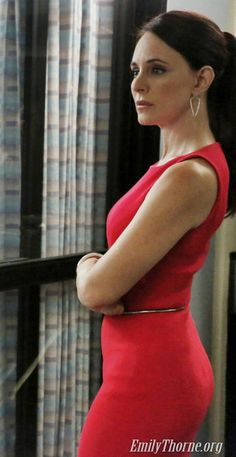 Victoria Grayson played by Madeleine Stowe who is an amazing actress from Los Angeles, California. This is a Michael Kors sheath, and it's wonderful--the hem is trumpet-shaped. Singer Fashion, Fashion Idol, Fashion Outfits, Classic Actresses, Beautiful Actresses, Victoria Grayson, Madeleine Stowe, Emily Vancamp, Business Chic
