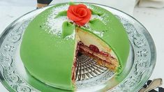 Eine Torte für wahre Prinzessinen und Prinzen: Luftiger Boden mit einer Vanille-Sahne-Creme und frischen Himbeeren.
