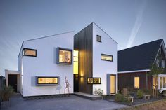 Dutch design office zone zuid architecten recently completed a new home in one of the suburbs of Roosendaal. The 225 sq m house is designed as a deconstruction of a traditional Dutch house silhouette, several floors f. Style At Home, Home Office Design, House Design, House Silhouette, Dutch House, Interior Design Images, Modern Architecture House, Architecture Design, Minimalist Home