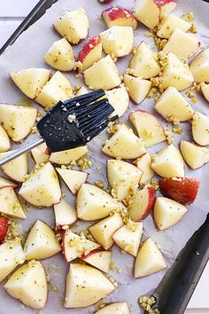 This Oven Roasted Red Skin Potatoes recipe is an easy side dish that pairs well with all your favorite main dish meats. You'll only need a few ingredients: red skin potatoes, olive oil, minced garlic, Red Skin Potatoes Recipe, Roasted Red Skin Potatoes, Baked Red Potatoes, Dinner Side Dishes, Side Dishes Easy, Side Dish Recipes, Red Potato Recipes, Cooking Recipes, Yummy Recipes