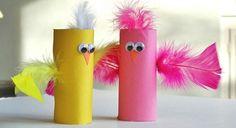 rouleau de papier toilette en rose et jaune, petit poussin de paques, deco plumes, des yeux mobiles, bec, activité manuelle maternelle
