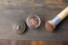 Beauty DIY – How To Make Natural Homemade Bronzer-Ground cinnamon Ground nutmeg Cocoa powder Cornstarch An empty, sealable container All Things Beauty, Beauty Make Up, Diy Beauty, Beauty Hacks, Beauty Essentials, Homemade Bronzer, Homemade Blush, Free People, Homemade Beauty Products