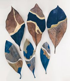 Two blue leaf series. Old leaves on top, new on bottom. Painted Leaves, Painting On Leaves, Diy And Crafts, Arts And Crafts, Deco Nature, Leaf Art, Nature Crafts, Art Projects, Illustration Art