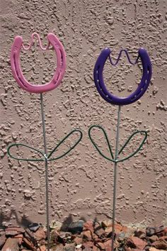 Horse shoe tulips..... HOW CUTE!!!  (Gotta start making these for my yard... How cute...)