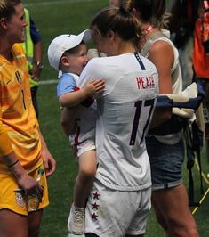 Tobin ❤️s her nieces and nephews Usa Soccer Team, Us Soccer, Team Usa, Football Players, Soccer Stuff, Messi, Tobin Heath, Football Girls, Soccer Quotes