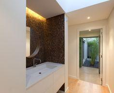 Casa Sol / atelier DATA #banheiro #lavabo #bancada #suspensa #bathroom #lavatory #countertop #floating #lighting #terrace #yard #green