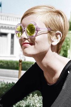 Vintage photograph of Twiggy in the Spring, summer style inspiration wearing retro sunglasses. Fashion icon of the swinging sixties. 1960s Fashion, Vintage Fashion, Colleen Corby, Short Pixie, Pixie Cut, Alexa Chung, Famous Faces, Mannequins, Ikon