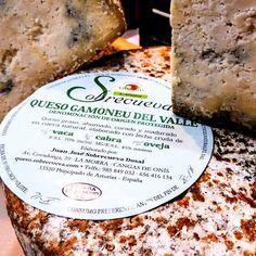 Queso Gamoneu del Valle de  Sobrecueva.  Este  exquisito queso de la DOP Gamoneu, es un queso graso, ahumado, curado y madurado en cueva natural.  Está elaborado con tres leches en las siguientes proporciones: leche cruda de vaca (47%), de oveja (22%) y de cabra (31%).  Fabricado por Juan José Sobrecueva Dosal en La Morra (Cangas de Onís)  #queso #asturias #asturiano #asturianos #quesos  #cangasdeonis #cangas #onis #gamoneu #gamonedo #valle #sobrecueva