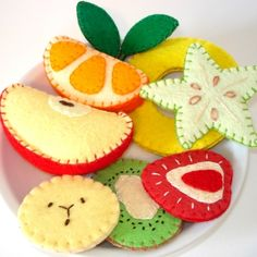 felt fruit (from artfire? Sewing For Kids, Diy For Kids, Crafts For Kids, Felt Cake, Felt Cupcakes, Felt Food Patterns, Felt Fruit, Pretend Food, Felt Play Food