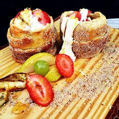 Kürtöskalacs mit Obstsalat waren eines unserer Wettbewerbsgerichte für das 6. Bergisch BBQ 2013 in Odenthal. Kürtöskalacs sind ein Gebäck aus einem Hefeteig, der zu einem langen Streifen ausgerollt und dann um einen Drehspieß gewickelt wird. Der Teig wird dann auf dem Drehspieß ca. 20 bis 30 Minuten gegrillt und während dieser Zeit mit Butter und Honig bestrichen. Kürtöskalacs stammen aus Ungarn und sind auch unter den Namen Baumstriezel oder Ungarischer Baumkuchen bekannt. Besonders in…