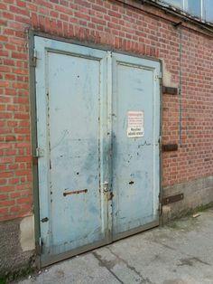 Industriegelände in FR, Backsteingebäude mit Stahltür