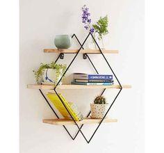 Esta peça é composta por prateleiras de madeira e dois losangos de arame e recebeu plantas, livros e outros objetos