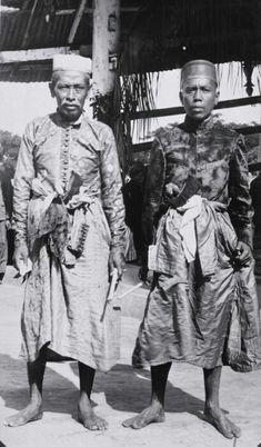 Twee mannen in adatkostuums, Soembawa 1930 - 1936