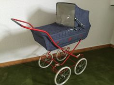 Puppenwagen aus den 70er Jahren mit BettzeugVerkaufe hier einen Puppenwagen noch aus der Kinderzeit. Er ist gut erhalten nur an der Plastigregenverhleidung ist er ausgerissen aber das Spanngummi dafür funktioniert noch.Das besondere sind die Ledersufhängungen an dem Gestell über den Rädern, die sehr selten ist.Dazu wird ein Federbett und Kissen mit Bezug geliefert. Er ist außerdem platzsparend zusammenklappbar.Der Puppenwagen steht in Bielefeld abholbereit.