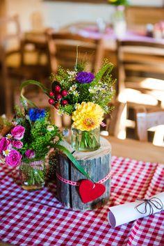 Tischdeko bayerische Wildblumen und Herzen - table decoration Bavarian wild flowers and hearts Photo By Kristin Speed Photography