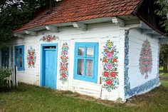 A cottage in Zalipie, Poland, a village about 40 miles east of Krakow. Around 20 houses are adorned with floral paintings in the style of a famous ceramics artist, Felicja Curylowa, who lived in the village. Famous Ceramic Artists, Rustic Houses Exterior, Polish Folk Art, Motif Floral, Art Floral, Global Design, Cozy Cottage, House Painting, Painting Tips