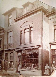 """Rond 1905, """"Magazijn de Lelie"""" in Vlaardingen"""