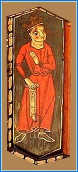 la figura de un rey de pie vestido únicamente con túnica larga y corona. En la mano izquierda despliega algo que podría ser una especie de filactelia. Al igual que el superior y basándose sobre todo en sus atuendos