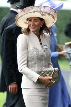 Carol Middleton wears a Jane Corbett hat with suit by Catherine Walker at 2011 Royal Ascot Carole Middleton, Middleton Family, Kate Middleton Style, William Y Kate, Princesse Kate Middleton, Pippa And James, Royal Ascot Hats, Catherine Walker, Princess Kate