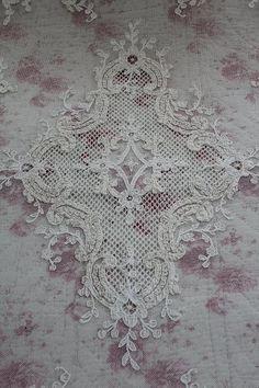 「フレンチアンティーク タンバー刺繍 シャトーレースカバー」ココン・フワット Coconfouato [アンティーク照明&アンティーク家具] アンティーククロス アンティークファブリック アンティークテキスタイル  ファブリック レース --cloth--