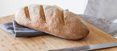 Impastiamo la farina con l'acqua a temperatura ambiente, a mano o con la planetaria, assieme al lievito granulare, una miscela di lievito madre essiccato e una...