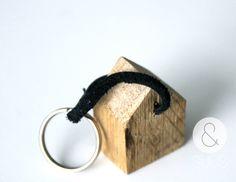 Sleutelhanger hout huisje kruis of broodplankje van ensuus op Etsy