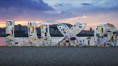 El colectivo Basurama  crea en Río de Janeiro una instalación efímera, hecha con 2.500 bolsas de plástico, que conciencian sobre el consumismo en las playas de Río de Janeiro,