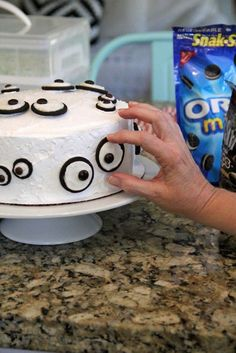 This would be so cute for a Halloween party - you could do one on top of a cupcake too Oreo Eyeball Cake for Halloween!