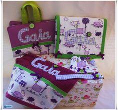 Canastilla para Gaia con maletín evolutivo,  cambiador,  toalla, funda de chupete y chupetero. Porque no todo es rosa o azul