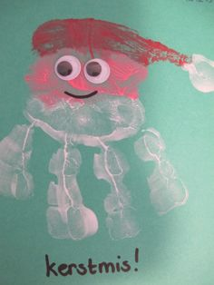 Een kerstman gemaakt van een hand. Wiebeloogjes en klaar!