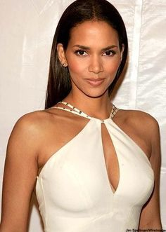 Halle Berry won an Academy Award for Best Actress becoming the first and, as of only woman of African American descent to have won the award for Best Actress. She is one of the most highly paid actresses in Hollywood. 10 Most Beautiful Women, Beautiful Celebrities, Black Is Beautiful, Beautiful Actresses, Beautiful People, Halle Berry Style, Halle Berry Hot, Hally Berry, Kylie Jenner Fotos