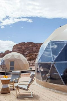Experience a unique and majestic glamping getaway in this luxury dome at Wadi Rum Desert, Jordan! Geodesic Dome Greenhouse, Geodesic Dome Homes, Glamping, Bubble House, Air Tent, Tent Living, Cool Tents, Getaway Cabins, Gardens