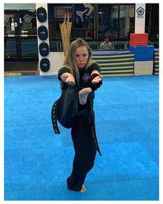 Angie Everhart, Karate Girl, Martial Arts Women, Female Fighter, Chloe Grace Moretz, Action Poses, Judo, Girl Poses, Muay Thai