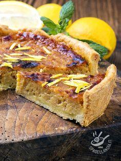 La Crostata di mele, amaretti e limone è un vero inno alla dolcezza! Un dessert buono e delicato, che piace a tutti, adulti e bambini!
