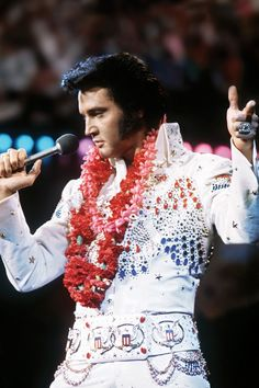 Browse 40 Years Since Elvis Presley Satellite Concert Broadcast From Hawaii latest photos. View images and find out more about 40 Years Since Elvis Presley Satellite Concert Broadcast From Hawaii at Getty Images. Lisa Marie Presley, Priscilla Presley, King Elvis Presley, Elvis Presley Family, Elvis Aloha From Hawaii, Honolulu Hawaii, Blue Hawaii, Elvis Presley Concerts, Elvis In Concert