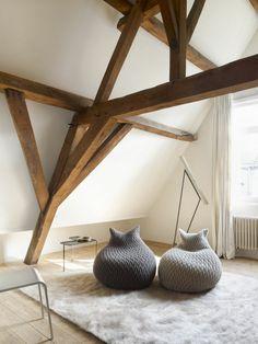 poutre-decorative-poutre-chene-pour-le-plafond-sous-pente-avec-mur-beige-tapis-fausse-parrure