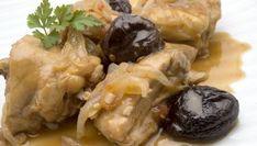 Karlos Arguiñano elabora la receta de pollo rustido con ciruelas pasas y piñones, un plato tradicional de la cocina catalana muy popular en Navidad.