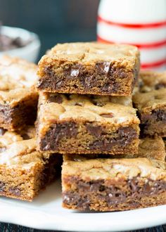 These super chewy chocolate chip cookie bars are loaded with chocolate chips and comes together in a flash. Just mix everything by hand spread the dough in a pan and bake! by onceuponachef Read Easy Chocolate Chip Cookies, Chewy Chocolate Chip Cookies, Chocolate Chips, Chocolate Fudge, Köstliche Desserts, Delicious Desserts, Dessert Recipes, Bar Recipes, Tasty Snacks