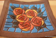 Plato con flores en relieve