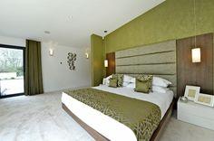 tête de lit surdimensionnée originale en bois et tissu vert