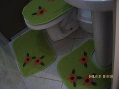 >> Jogo de de banheiro em tecido atoalhado na cor verde C/ 04 peças. Tampo e tapete do vaso, tapete do lavatório e porta papel higiênico. Aplicações em patch work , acabamento em viés liso.  ======================================================== >> MEDIDA DO TAMPO: 49 cm comp X 42 cm larg, TAPETE SAÍDA DE BANHO: 64 cm comp X 44 cm larg, TAPETE LAVATÓRIO: 54 cm comp X 46 cm larg. PARA OUTRA MEDIDA CONTATAR VENDEDOR. ======================================================== >> Na falta das…