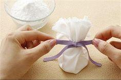 Prepare pequenos saquinhos contendo bicarbonato de sódio e coloque-os no calçado.