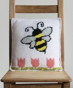 Bee Pillow: Free Intarsia Crochet Pillow Pattern | E'Claire Makery Crochet Daisy, C2c Crochet, Crochet Cushions, Tapestry Crochet, Free Crochet, Beginner Crochet, Crochet Tops, Crochet Pillow Patterns Free, E Claire