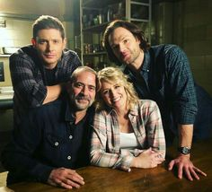 The Winchester family reunion John and Mary Winchester and their boys Sam and Dean Winchester Supernatural Imagines, Supernatural Bloopers, Supernatural Tattoo, Supernatural Pictures, Supernatural Wallpaper, Castiel, Supernatural Actors, Supernatural Bunker, Mary Winchester