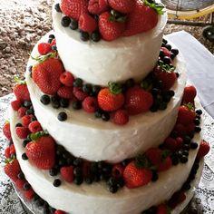 Fresh berry wedding cake. Strawberries, blueberries, and raspberry. 10371572_915755725148790_1514795166804654378_n.jpg (960×960)