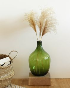 Pour un effet rétro assumé, quoi de mieux qu'un vase Dame Jeanne ressemblant comme deux gouttes d'eau à ceux d'autrefois ? Le vase Dame Jeanne, originellement utilisé comme bouteille ou contenant pour aliment, trône désormais dans nos intérieurs avec charme et élégance. Magnifié par ses roseaux de Chine, autrement appelés Eulalia Japonica, le Dame Jeanne deviendra vite un élément ultra-déco et apportera une touche bohème à votre intérieur. Dried Flower Bouquet, Dried Flowers, Home And Deco, Sweet Home, Living Room, Interior Design, Coco Chanel, Decoration, Vases