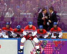 SMUTEK. I přes velké nasazení prohráli čeští hokejisté v úvodním utkání se Švédy 2:4. (12. února 2014)